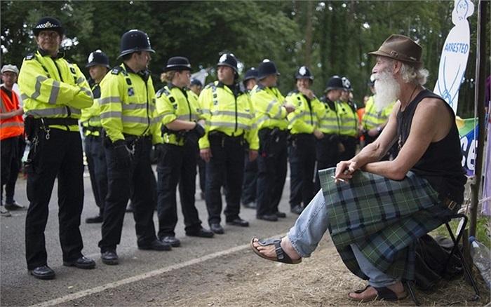 Cảnh sát dàn hàng ngăn chặn người biểu tình tiến vào Sussex, Anh