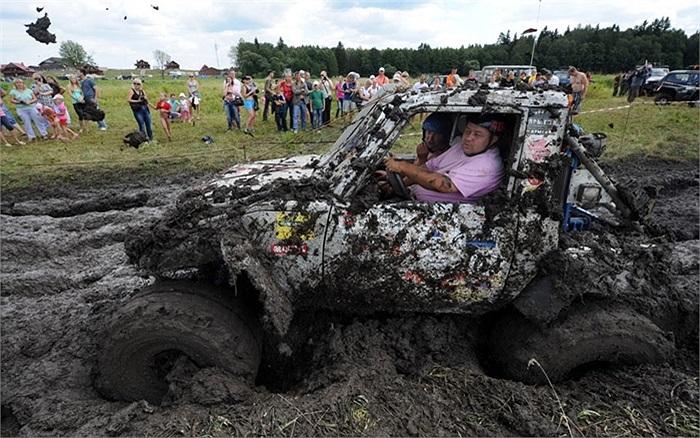 Người đam mê tham gia cuộc đua xe vượt bùn ở làng Stankovo, Belarus