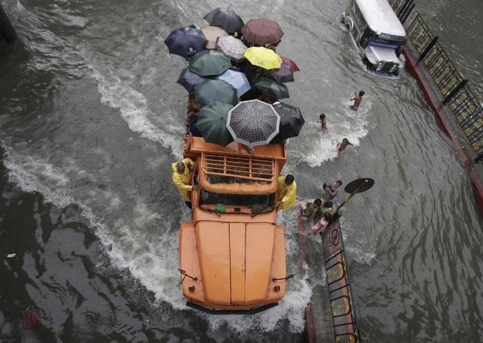 Xe tải giúp người dân đi qua khu vực ngập lụt ở thủ đô Manila, Philippines