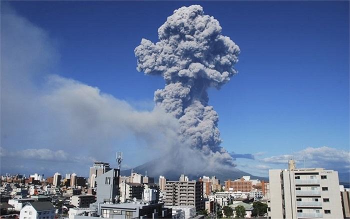 Tro bụi bốc lên sau đợt phun trào của núi lửa Sakurajima tại Kagoshima, phía tây nam Nhật Bản