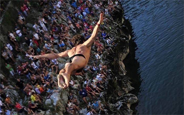 Thí sinh nhảy xuống sông Soca trong một cuộc thi lặn ở Kanal ob Soci, Slovenia