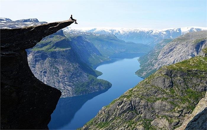 Thomas Havel chụp ảnh trên mỏm đá 'Troll's Tongue' cao hơn 700m ở Na Uy