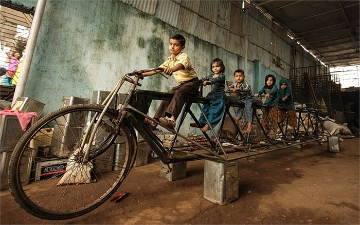 Trẻ em vui đùa trên chiếc xe đạp 8 người ở Braruch, Ấn Độ