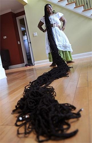 Asha Mandela khoe mái tóc dài kỷ lục của mình trong nhà của cô ở Jonesboro, Georgia, Mỹ