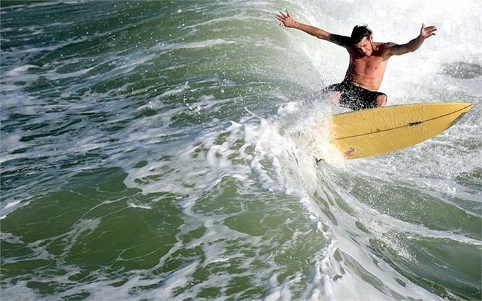 Lướt sóng trên biển Panama City, Florida, Mỹ
