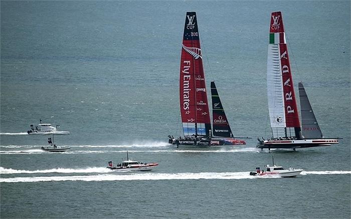 Hai đội đua thuyền Emirates và Luna Rossa Challenge trong vòng 3 cúp đua thuyền buồm Vuitton Louis ở Vịnh San Francisco, California, Mỹ