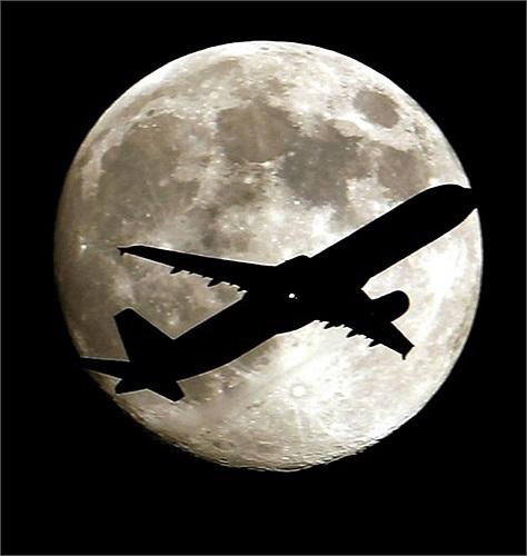 Máy bay phản lực bay trước mặt trăng nhìn từ công viên Palm Park ở Whittier, California, Mỹ