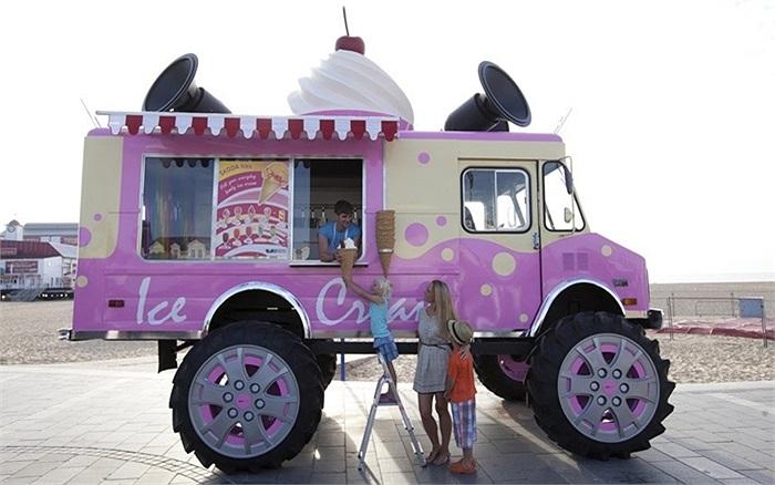 Xe bán kem khổng lồ Skoda vRS tới ngôi làng  Great Yarmouth, Anh