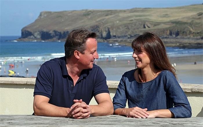 Thủ tướng David Cameron ngồi bên cạnh mình trên bãi biển ở Polzeath, Anh