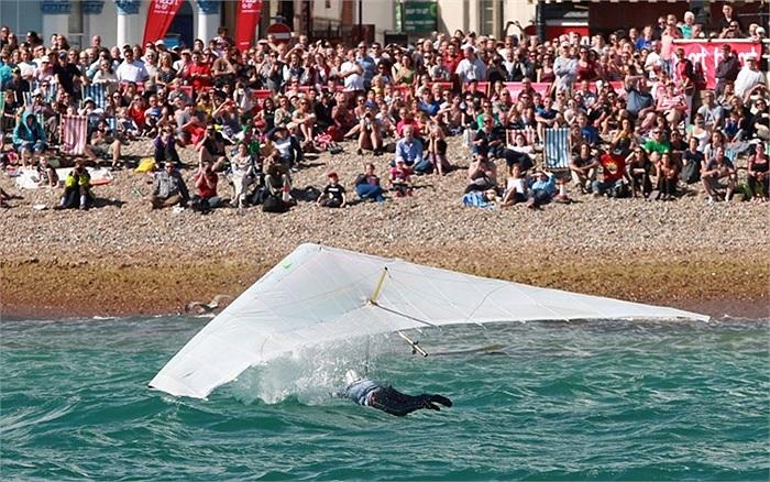 Ron Freeman lướt dù xuống biển từ độ cao 141,5m ở bến tàu Worthing, tây Sussex, Anh trong một cuộc thi người bay