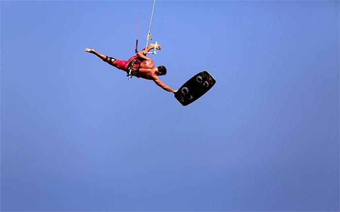 Vô địch thế giới Kevin Langeree nhảy xuống bãi biển Kahuna ở Mazotos, Síp trong cuộc thi lướt sóng từ trên không