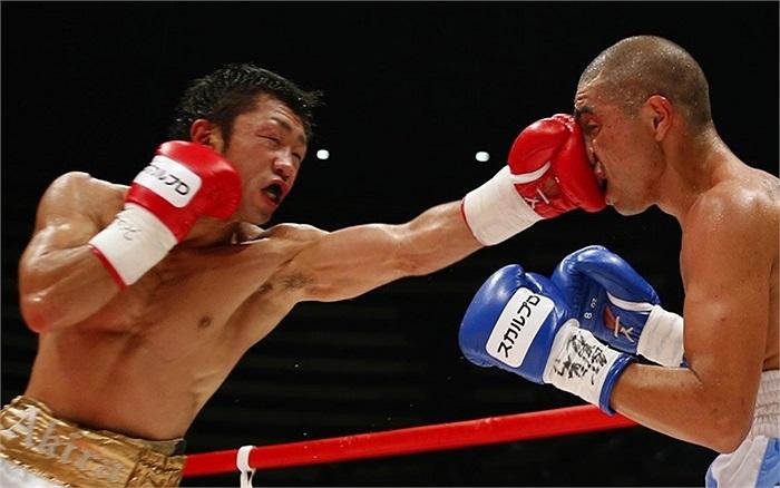 Đương kim vô địch Akira Yaegashi (trái) trong một trận đấu hạng nhẹ thuộc giải Vô địch đấm bốc thế giới được tổ chức ở Tokyo, Nhật Bản
