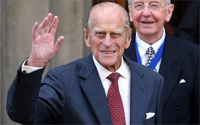 Công tước xứ Edinburgh vẫy tay khi rời sự kiện trưng bày Huy chương tại Hội Hoàng gia Edinburgh, Scotland