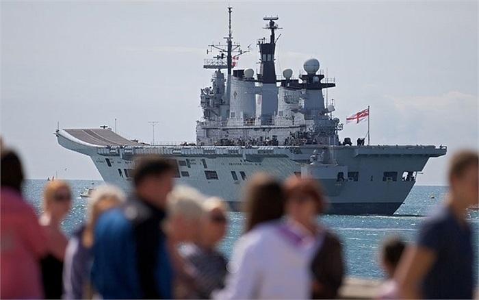 Tàu trực thăng HMS Illustrious của Anh rời căn cứ hải quân Portsmouth ở phía nam nước Anh