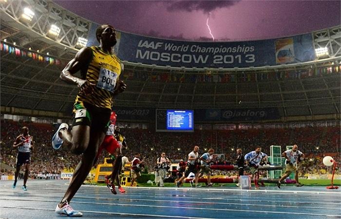 Tia chớp lóe sáng khi vận động viên Usain Bolt của Jamaica đoạt quán quân chạy 100m trong Giải vô địch điền kinh thế giới được tổ chức ở sân vận động Luzhniki, Moscow, Nga