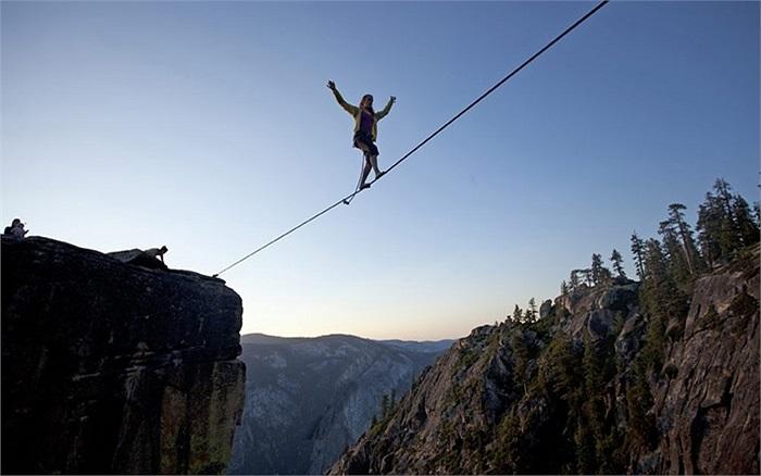 Hayley Ashburn đi thăng bằng trên sợi dây cáp trên độ cao 1.000m bắc qua thung lũng Taft Point tại Vườn quốc gia Yosemite, Mỹ
