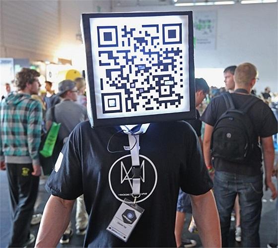 Người quản lý mang mã QR trên đầu trong hội chợ Gamescom 2013 ở Cologne, Đức