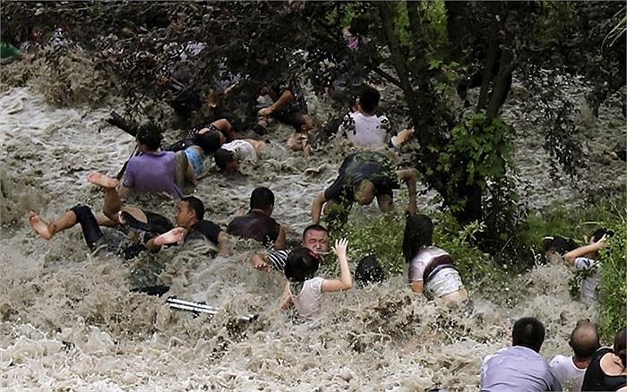 Người dân ngắm sóng biển bị đánh ngã trên bờ sông Tiền Đường ở Hải Ninh, Chiết Giang, Trung Quốc do ảnh hưởng của bão Trami