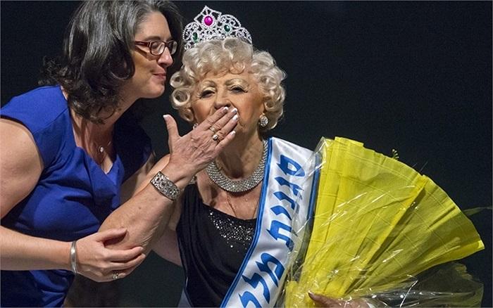 Bà Koka, 79 tuổi, thổi một nụ hôn gió khi được trao vương miện Hoa hậu Holocaust Survivor ở Haifa, Israel