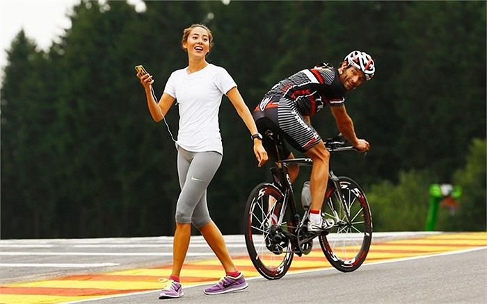 Vận động viên Mark Webber tập luyện cùng bạn gái chuẩn bị cho giải Belgian Grand Prix được tổ chức ở Spa, Bỉ