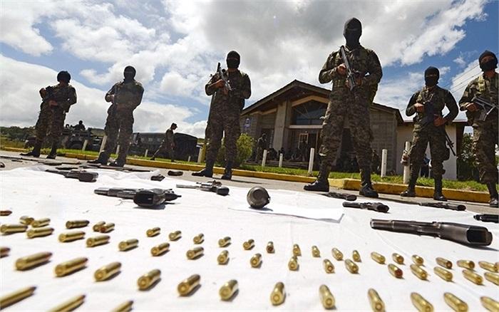 Hàng loạt vũ khí tịch thu từ tù nhân trong nhà giam quốc gia Tamara ở Francisco Morazan, Honduras