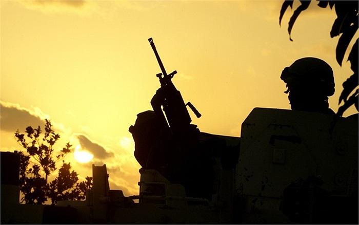 Một thành viên của Lực lượng Lâm thời Liên Hợp Quốc tại Lebanon bảo vệ vị trí được cho là nơi phóng đi 4 quả tên lửa vào Israel