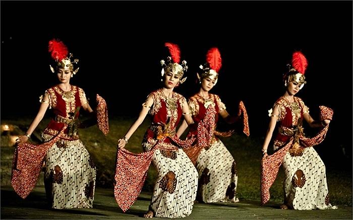 Vũ công Java thực hiện điệu nhảy Serimpi Pandelori tại Đền Ratu Boko ở Yogyakarta, Indonesia