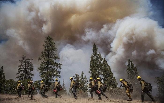 Lính cứu hỏa đi dọc theo đám cháy ở Fire Rim, gần Groveland, California, Mỹ