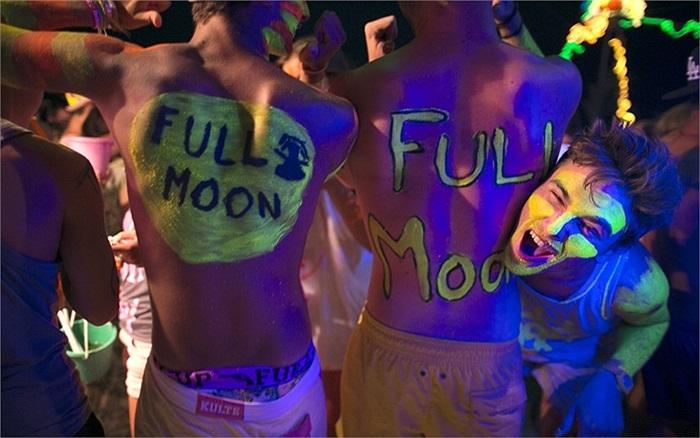 Hàng trăm người tham gia tiệc trăng tròn trên bãi biển Haad Rin ở Koh Phangan, Thái Lan