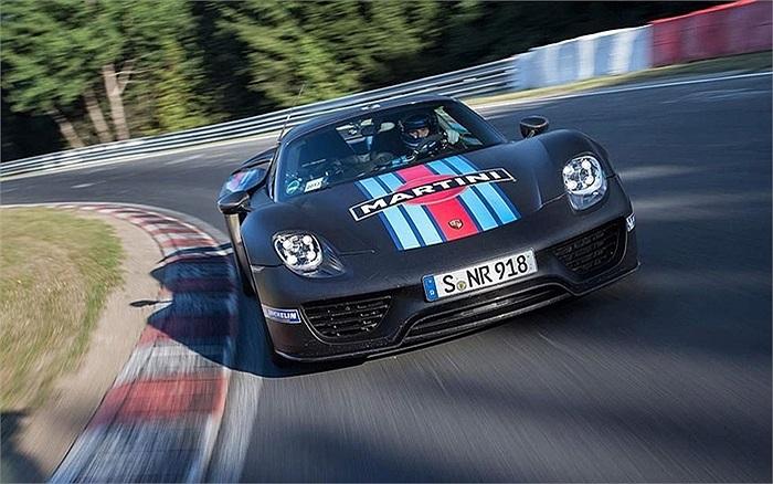 Xe Porsche 918 Spyder tốn 6 phút 57 giây để hoàn thành một vòng đường đua Nurburgring Nordschleife ở Đức