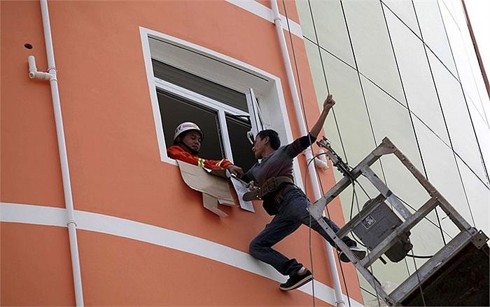 Một lính cứu hỏa cố gắng để kéo một người bị mắc kẹt ở Trung Quốc