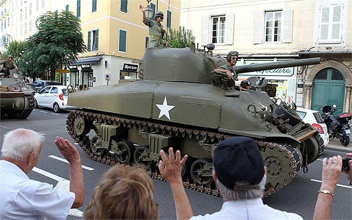 Một xe quân đội kiểu cũ diễu hành ở Ajaccio, đảo Corsica trong lễ kỷ niệm 70 năm giải phóng đảo Corsica