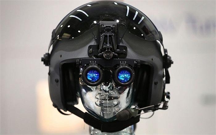 Kính nhìn ban đêm được trưng bày tại Triển lãm Quốc phòng và An ninh trong Trung tâm ExCel ở London, Anh
