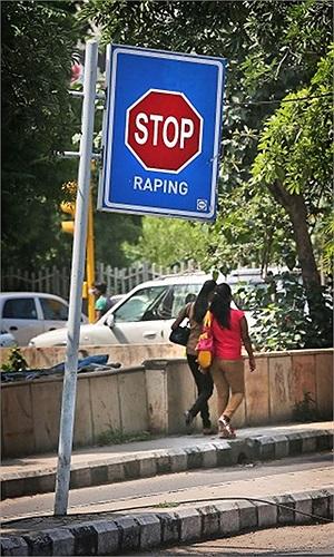 Biển cảnh bảo phản đối nạn cưỡng hiếp phụ nữ ở New Dehli, Ấn Độ