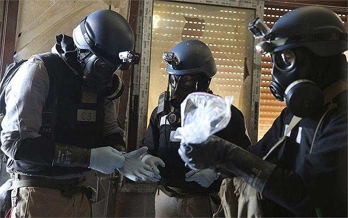 Một thanh sát viên vũ khí hóa học của Liên Hợp Quốc cầm mẫu vật trong khu phố Ain Tarma ở thủ đô Damascus, Syria