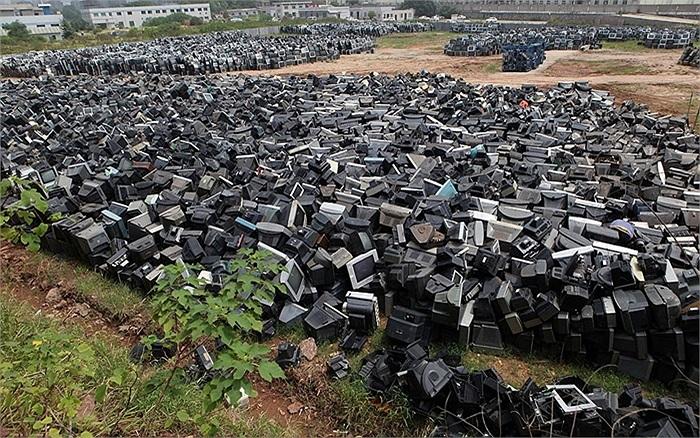 Tivi đã qua sử dụng chất thành núi ở thành phố Chu Châu, Hồ Nam, Trung Quốc