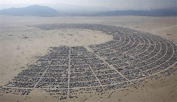 Lễ hội Burning Man ở Nevada, Mỹ, được tổ chức trong sa mạc Black Rock, khá tách biệt với thế giới bên ngoài