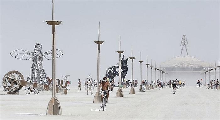 Khoảng 68.000 người tham dự lễ hội Burning Man để thưởng thức nghệ thuật, âm nhạc trong môi trường nắng khắc nghiệt