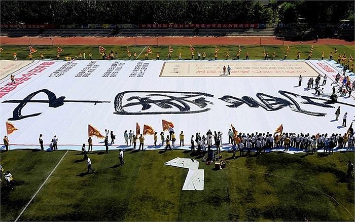 Dòng chữ 'Giấc mơ Trung Quốc' được viết trên tấm vải trắng dài 70 m rộng 40 m