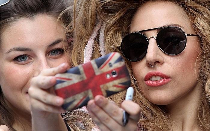 Ca sĩ Lady Gaga chụp ảnh cùng người hâm mộ bên ngoài một khách sạn ở London, Anh