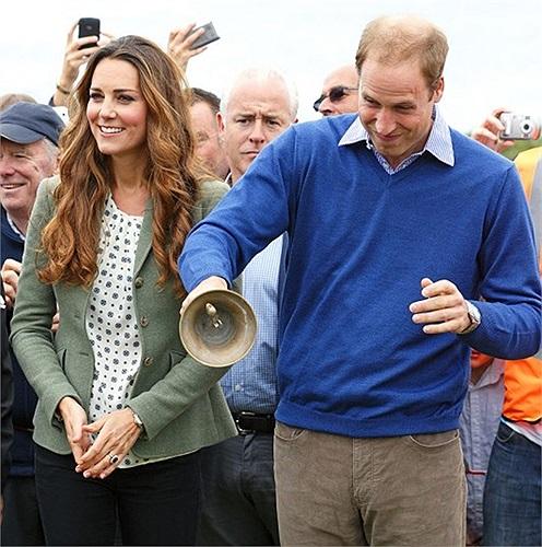 Catherin cùng hoàng tử William rung chuông bắt đầu một cuộc thi chạy trên bờ biển ở đảo Anglesey, Anh