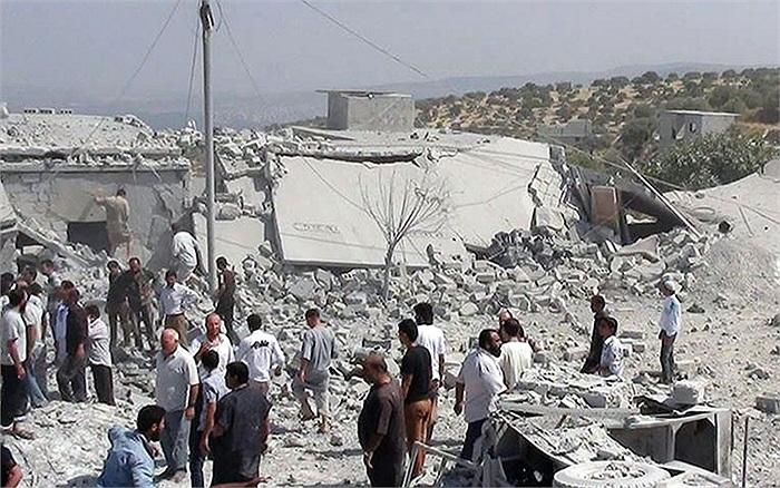 Người dân tìm kiếm nạn nhân dưới đống đổ nát sau cuộc tấn công của máy bay chính phủ ở Idlib