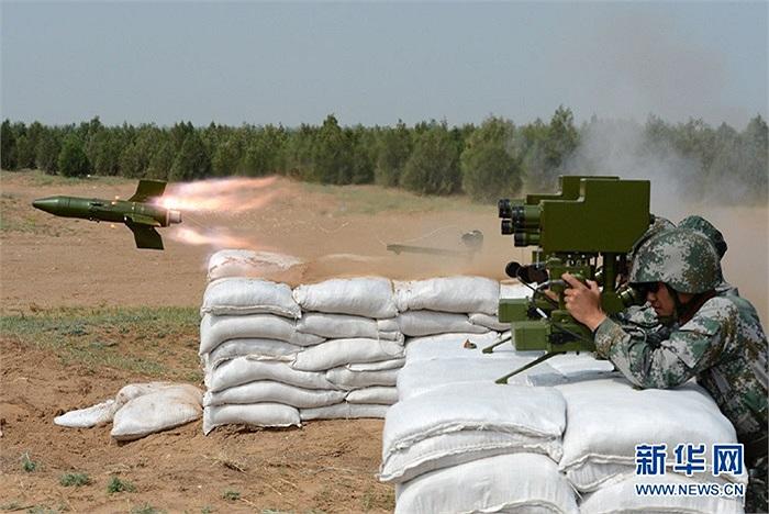 Các nhóm học viên tập bắn tên lửa chống tăng