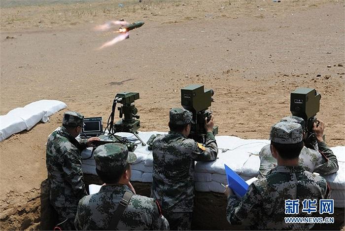 Lính Trung Quốc vừa tham gia bài kiểm tra tốt nghiệp tập bắn đạn thật với sự xuất hiện của nhiều loại tên lửa chống tăng của nước này