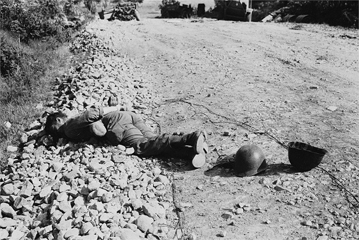 Một trong 4 thi thể của lính Mỹ thuộc Trung Đoàn 21 Bộ Binh, Sư đoàn 24, được tìm thấy  ngày 10/7/1950 trong tình trạng bị bắn vào đầu và tay bị trói sau lưng. Ảnh: AP
