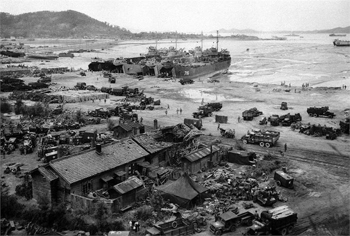 Bốn tàu đổ bộ của Mỹ đưa quân lính và thiết bị lên bãi biển Incheon ngày 15/9/1950. Ảnh: AP