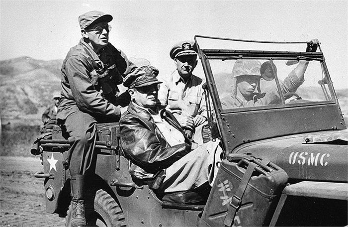 Tướng Douglas MacArthur (mặc áo khoác da) thị sát mặt trận Inchon mới được mở ra ở Tây Hàn Quốc vào ngày 19/9/1950. Đi cùng là Thiếu Tướng Edward M. Almond (bên trái), Tư lệnh Quân đoàn số 10 và Phó Đô đốc Arthur D. Struble, Tư lệnh Hạm đội số 5. Ảnh
