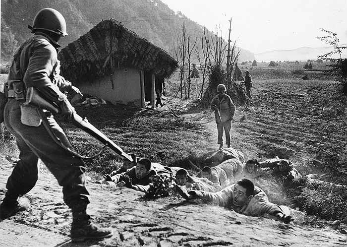 Tù nhân bị bắt giữ sau cuộc tuần tra của quân Mỹ tại phía Nam Kusong, lãnh thổ miền Bắc Triều Tiên về, ngày 16/11/1950. Ảnh: AP/ Hank Walker