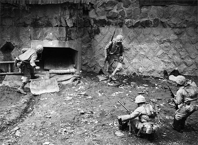 Sau khi người dân báo cáo rằng quân đội Bắc Triều Tiên đã đang chiếm cứ một đường hầm tại Seoul, lính Mỹ đã bao vây các lối vào đường hầm này. Một lính thủy quân lục chiến đã ném lựu đạn vào bên trong, tháng 9/1950. Ảnh: AP / Max Desfor