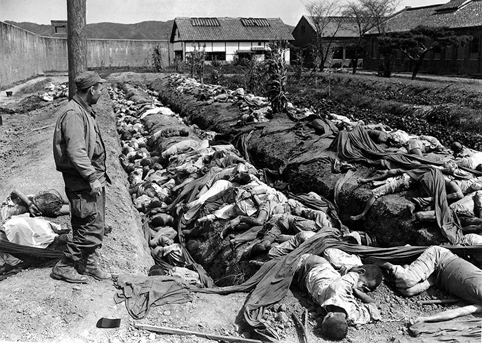 Thi thể của khoảng 400 dân thường nằm trong và xung quanh hào trong sân nhà tù Taejon, tháng 9/1950. Các nhân chứng nói rằng các tù nhân bị buộc phải đào mộ của riêng mình trước khi chết. Ảnh: AP / James Pringle